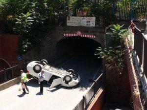 Otomobil alt geçide düştü: 2 yaralı