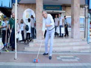 Başkan'dan sokak temizliği