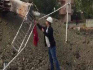 Yıkım sırasında Türk bayrağı iş makinesiyle alındı