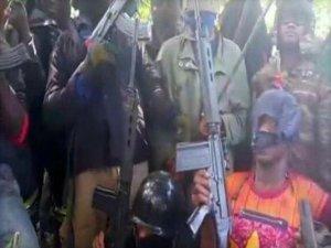 Silahlı milisler okul bastı!