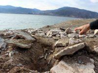 Sular çekilince eski mezarlık ortaya çıktı