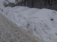Kar altında otomobillerini aradılar!