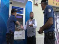 Kira parasını yutan ATM'yi yumrukladı