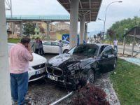 Bursa'da lüks otomobil durağa daldı