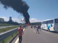 TEM Otoyolu'nda 3 araç alev alev yandı