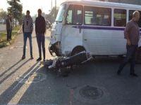Minibüs ile motosiklet çarpıştı
