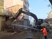 Gemlik'te metruk bina temizliği