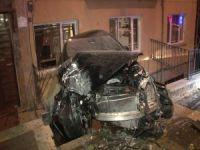 Feci kaza! Otomobil asılı kaldı