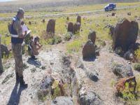 Mezarlığı kazarken yakalandılar