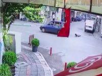 Seyir halindeki otomobilden düştü!