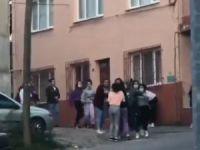 Liseli kızlar tekme tokat birbirine girdi
