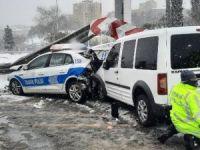 Polis araçları çarpıştı