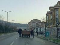 Traktör arkasında tehlikeli yolculuk