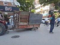 Traktör çöken yola saplandı
