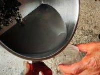 Korona korkusundan demir suyu içiyor