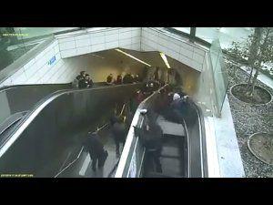 Yürüyen merdiven adamı yuttu!